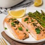 Two salmon fillets with lemon and asparagus